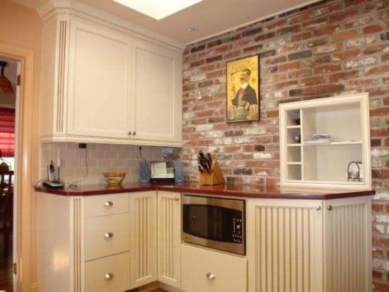 perete din bucatarie placat cu caramida