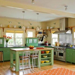 Bucatarie open space cu mobila verde si covor portocaliu