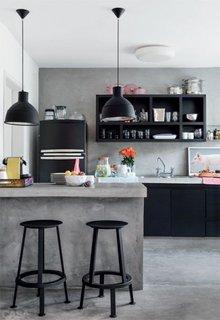 Insula de bucatarie din ciment brut si suspensii din metal negru tendinta moderna