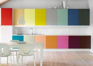 Mobila colorata pentru o bucatarie moderna