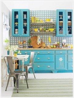 Mobilier de bucatarie din lemn vopsit in bleu