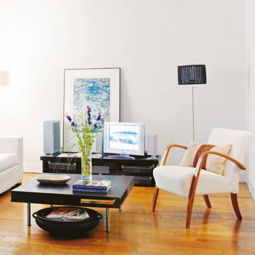Living cu parchet din lemn masiv si fotoliu alb si mobila neagra