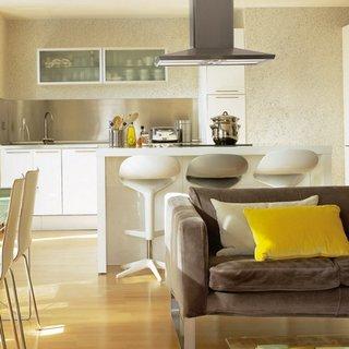 Living open space cu bucatarie si dinning amenajat cu alb si gri