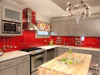 Bucatarie modern in stil retro cu alb si rosu aprins