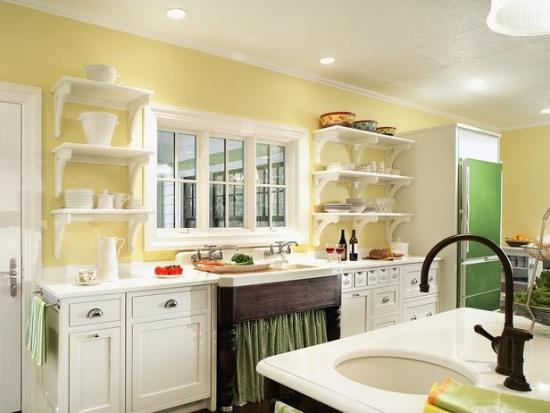 Bucatarie retro cu peretii galbeni mobila alba si frigider verde