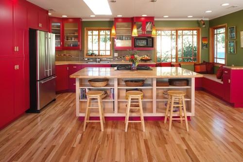 Bucatarie clasica cu mobila rosie si insula mare de bucatarie in centru