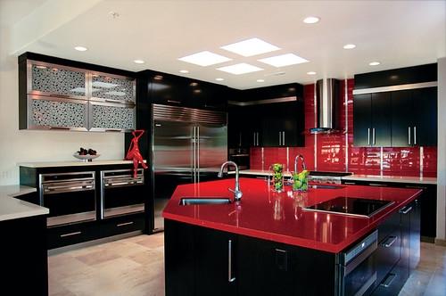 Bucatarie contemporana moderna cu mobila neagra si accente rosii