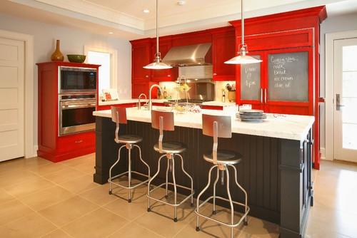Bucatarie cu mobilier rosu si insula de bucatarie neagra cu blat alb