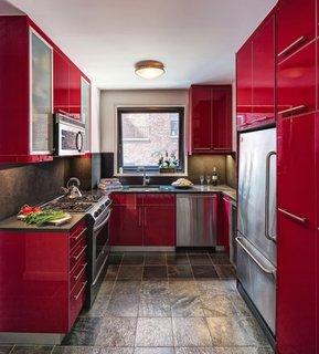 Bucatarie mica si ingusta cu gresie stil piatra si mobila rosie cu gri