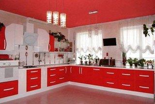 Bucatarie rosie cu mobila in forma de L