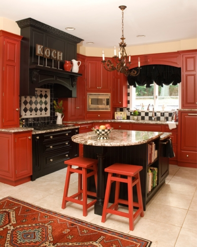 Bucatarie rosu caramiziu cu insula de bucatarie stil masa