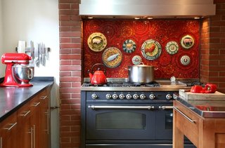 Perete de accent pentru bucatarie din mozaic rosu