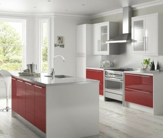 Design modern carcasa alba si fronturi rosii