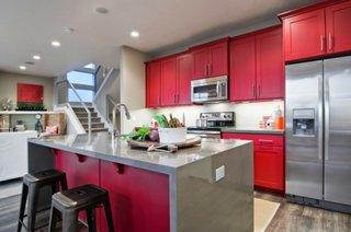 Dulapuri de bucatarie clasice rosii si insula moderna gri