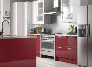 Mobila bucatarie rosu cu alb si argintiu