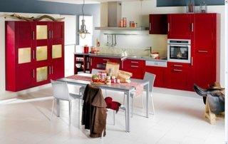 Mobila rosie de bucatarie cu accesorii argintii