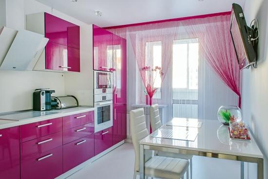 Bucatarie mica la bloc cu mobila roz lucios si alb