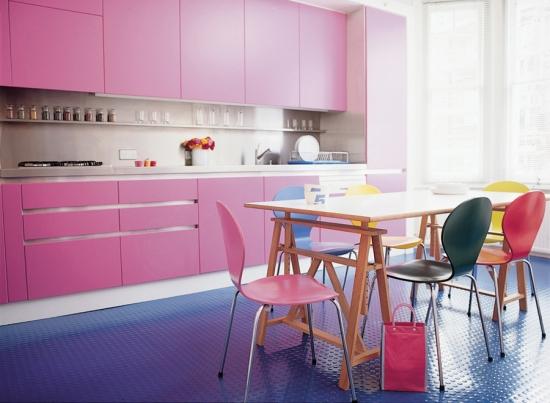 Covor mov in bucatarie cu roz