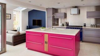 Insula bucatarie roz cu alb si mobila gri