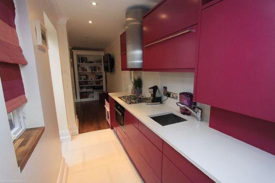 Mobila de bucatarie pe roz inchis