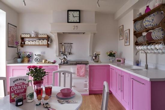 Mobilier clasic de bucatarie roz