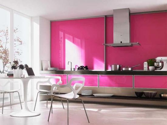 Perete cu panou sticla colorata roz aprins