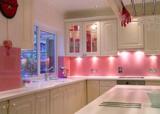 Perete in spatele blatului colorat in roz