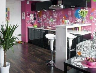 Perete zugravit cu roz cu picturi colorate