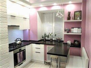 bucatarie zugravita cu roz si mobila alba