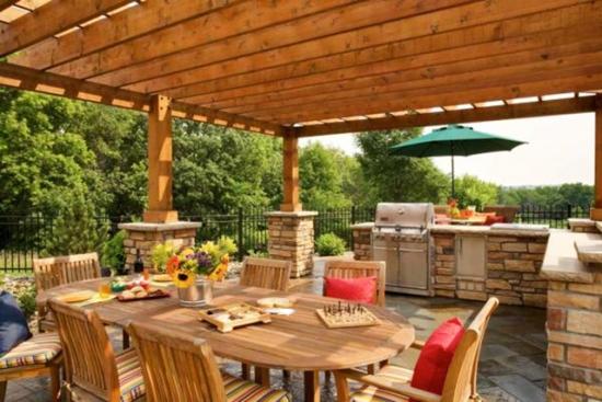 Lemn si caramida elemente pentru bucatarii rustice de vara