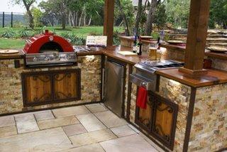 Mobilier pentru bucatarie exterioara placat cu piatra