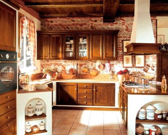 Bucatarie rustica cu mobilier din lemn masiv