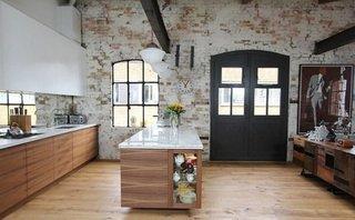 Interior de bucatarie cu pereti din caramida