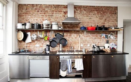 Interior de bucatarie mica cu perete de caramida