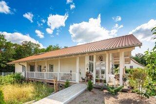 Casa mica cu parter si veranda pe lateral