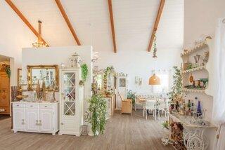 Idee de amenajare cu mobila alba living open space cu bucatarie