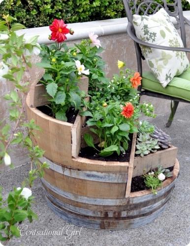 Constructie jardiniera din butoi de vin