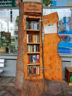 Mini biblioteca dintr-un trunchi de copac