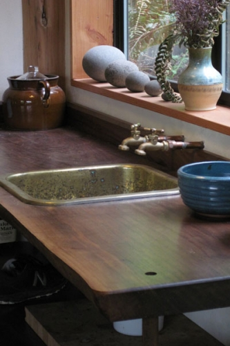 Chiuveta din cupru cu blat din lemn masiv