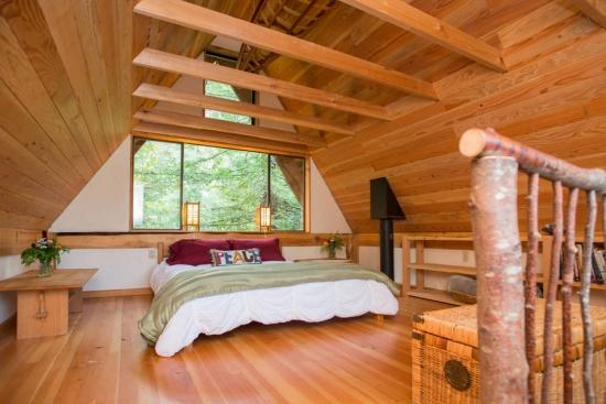 Dormitor cu tavan dsi mobila din lemn