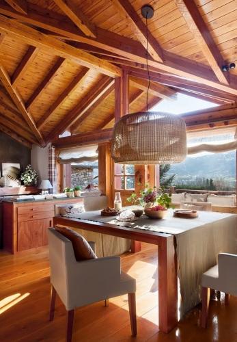 Dining amenajat in stil rustic cu mobilier din lemn de pin