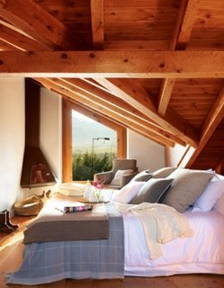 Dormitor cu acoperis mansardat si grizi din lemn