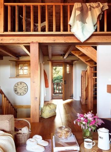 Intrare in casa cu dusumea din lemn