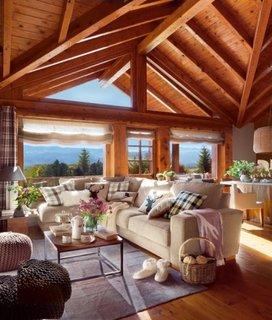 Living rustic cu tavan din lemn si grinzi vopsite