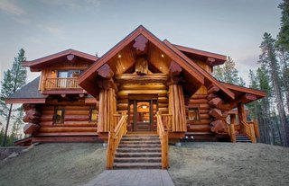 Cabana rustica construita din busteni rotunzi