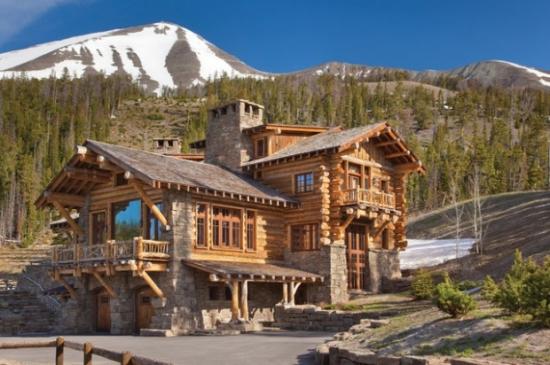 Casa cu etaj din lemn si parter de piatra
