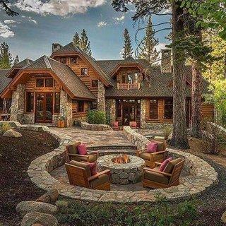 Combinatie de lemn si piatra casa la munte