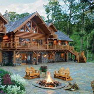 Foc de tabara pe terasa cabana la munte