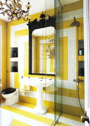 Baie cu gresie mica galben cu alb si negru si cabina de dus cu peretii din sticla