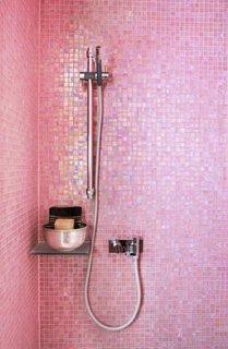 Cabina de dus cu peretii roz mov